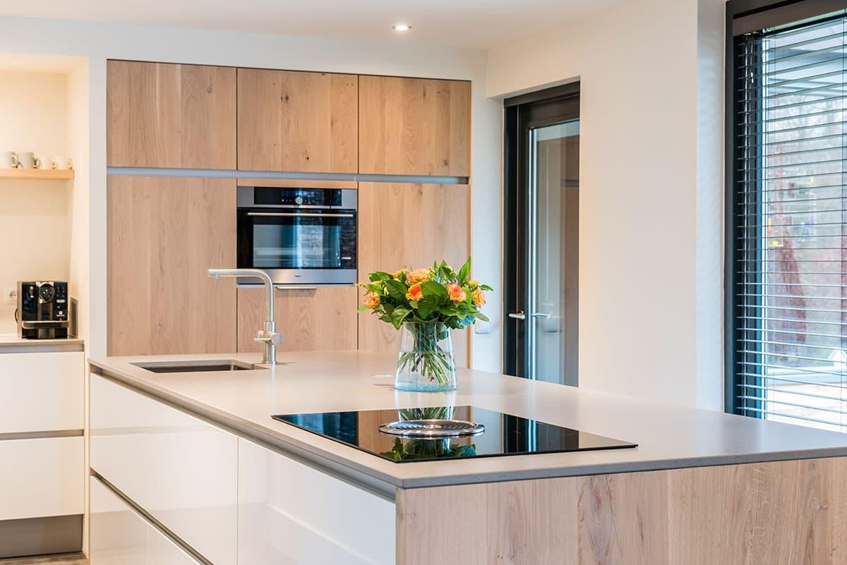 Natuurlijke strakke moderne keuken rijssen for Decoratie vensterbank keuken